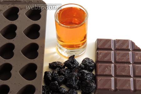 Подготовим ингредиенты: шоколад, содержание какао не менее 55%, коньяк, вишню вяленую или сушёную без косточек и силиконовую форму для конфет, какао.