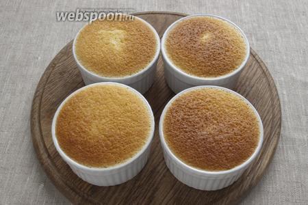 Выставить формочки с готовым пудингом на доску для остывания.