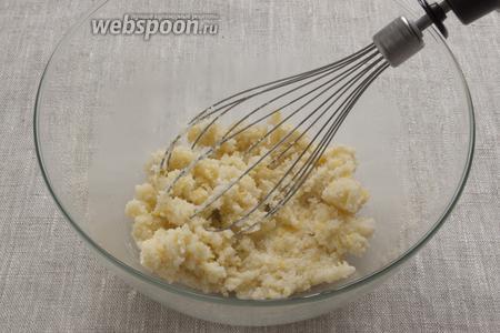 Растереть мягкое масло, вместе с сахаром, ванильным сахаром и цедрой лимона.