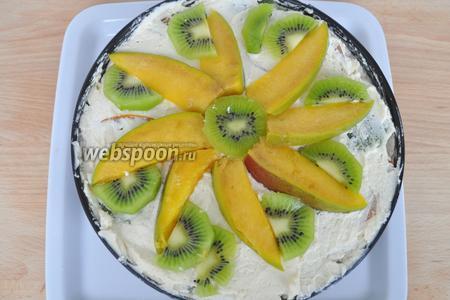 Выложить фрукты на крем в виде цветка.
