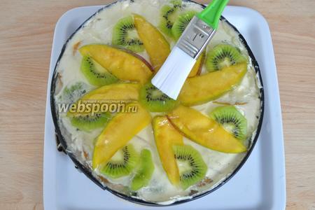 Быстро нанести желе на фрукты и залить им весь верх торта. Желе очень быстро схватывается. Теперь можно поставить торт в холодильник на несколько часов. Лучше на ночь.