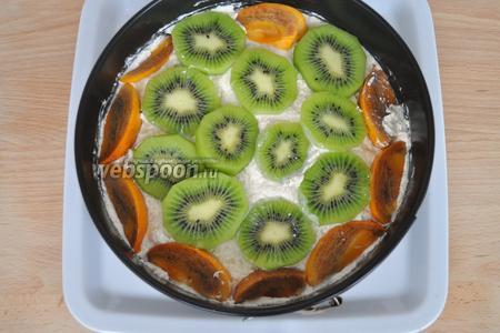 На зефир выложить слой творожного крема, а на него слой фруктов.