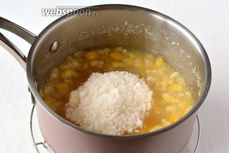 Добавить сахар и ванильный сахар. Готовить 40-50  минут на маленьком огне.