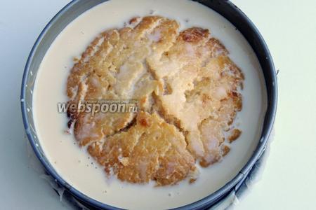 Заливаем всем соусом, накрываем пищевой плёнкой и убираем в холод на пару часов, чтобы молоко полностью впиталось.