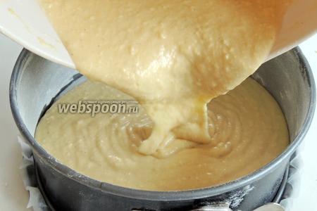 Форму выстилаем пекарской бумагой и смазываем маслом бока, затем обсыпаем бока мукой. Выливаем тесто. Выпекаем в заранее разогретом духовом шкафу при 180°С около 35-40 минут. Проверяем на сухую палочку. Остужаем на решётке.