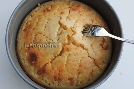 Торт помещаем обратно в разъёмную форму. Протыкаем вилкой или палочкой только отверстия, максимально часто.