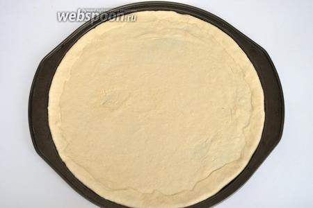 Тесто раскатать, а лучше выровнять руками прямо на форме для пиццы.