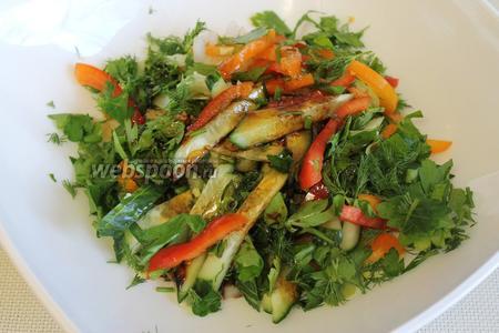 Залить салат. Подавать, украсив половинками перепелиных или дольками куриных яиц, присыпав крошкой грецкого ореха.