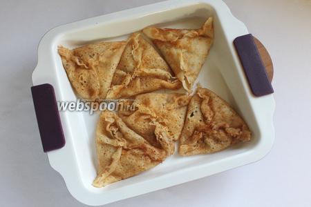 Слегка смазать форму сливочным маслом, сложить блинчики на противень. Запечь при температуре 180°C 10 минут.