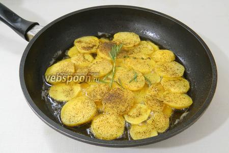 В сковороде разогреваем жир и выкладываем картофель. Добавляем розмарин, соль и перец.