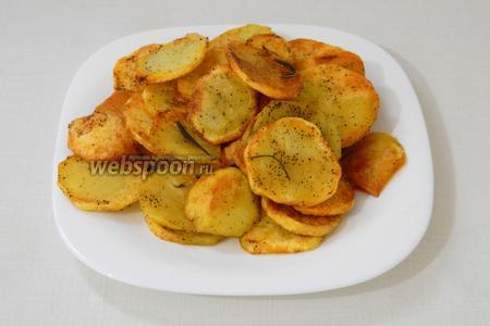Готовый картофель высыпаем на дуршлаг, чтобы стёк лишний жир.