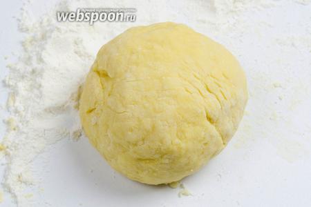 Замесить тесто, похожее по виду на пельменное.
