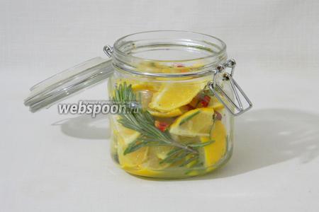 В банку укладываем веточку розмарина и лимонную смесь.