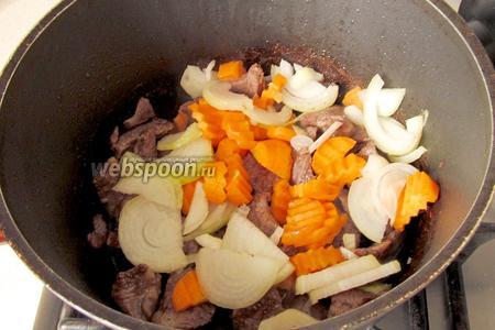 В казане на растительном масле обжарить мясо. Как только оно обжарится — добавить лук и морковь.