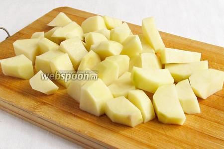 Дальше очередь картошки. Очистить и нарезать не очень мелко. Помним, что в кислоте картофель готовится дольше.