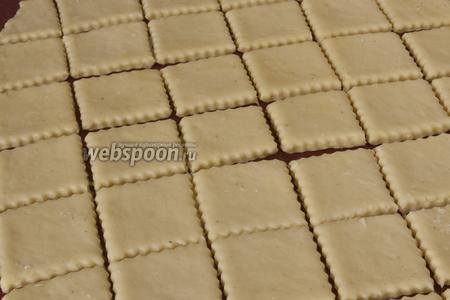 Раскатать тесто не столе слегка присыпанным мукой. Толщина пласта около 3-4 мм. Нарезать произвольно или выдавить фигурки при помощи формочек.