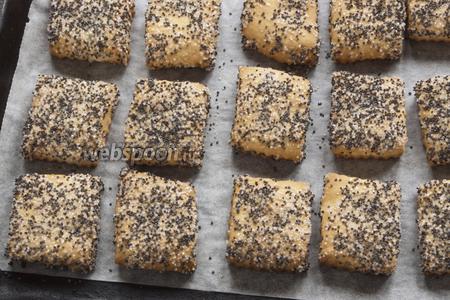 Выпекать при 180°C в течение 20 минут. Печенье не увеличивается по площади, лишь немного поднимаясь по высоте.