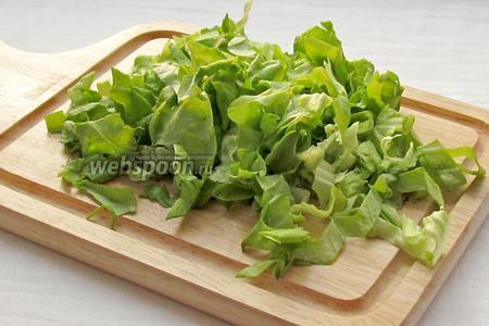 Салат крупно нарезать или порвать руками.
