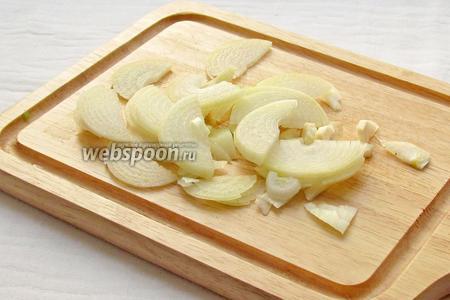 Лук нарезать полукольцами, промыть под холодной водой и полить лимонным соком.