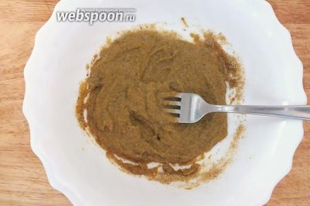 Смешайте горчицу, сахар, соль, карри, уксус. Залейте водой и перемешайте до однородности.