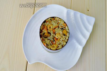 Сервировать с помощью кольца, набивая ложкой.  Этот рис не склеится, он сохранит рассыпчатую текстуру.