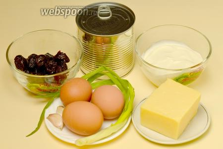 Для приготовления салата нам понадобятся следующие ингредиенты: яйца, сыр, консервированная кукуруза, чеснок, чернослив, майонез и пёрышки зеленого лука.