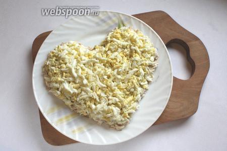 Третий слой салата — яйца, которые нужно натереть на крупной тёрке, чтобы они легче укладывались. Смазать майонезом.
