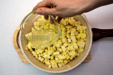 Приготовим начинку: яблоки очистим, нарежем кубиками. Выложим в сковороду, зальём лаймовым соком и тушим на небольшом огне до мягкости яблок.