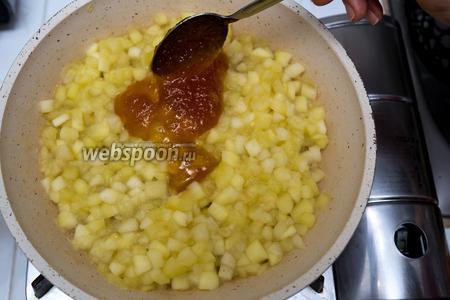 Яблоки стали мягкими. Выключаем газ. Сразу добавим мёд. Хорошо размешаем.