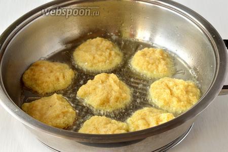 На чистую и сухую сковороду вылить немного растительного масла. Разогреть сковороду на среднем огне и столовой ложкой выложить картофельную массу в виде оладий. Обжарить драники с обеих сторон до золотистого цвета.