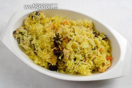 Выложить рис с мясом на блюдо. Подавать к обеду горячим.