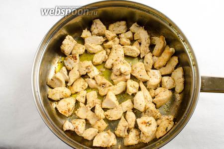 В разогретую сковороду добавить ещё 1 ст. л. топлёного масла. Подготовленное филе — помытое, обсушенное и нарезанное небольшими кусками, выложить на сковороду и обжарить до румяности. Посолить, поперчить.