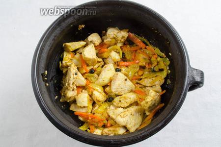 Добавить мясо в казан. Перемешать с жареными овощами.