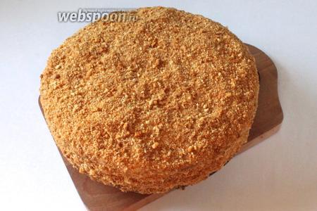 Готовый торт извлечь из формы, обсыпать медовой крошкой.