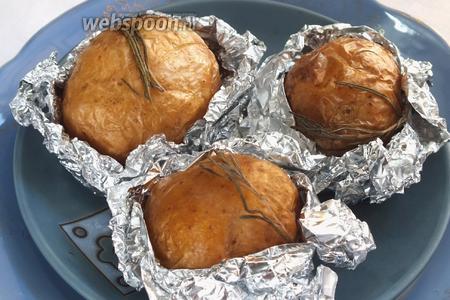 Приготовится картофель намного раньше — минут за 40, но золотистой его кожица станет только после длительного запекания.
