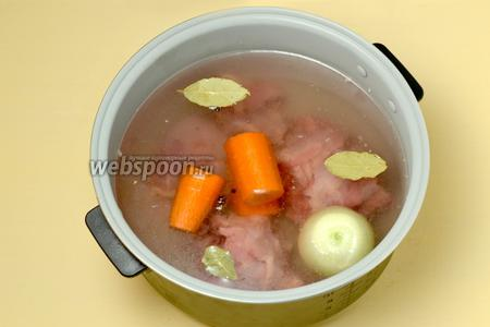 Мясо на косточках промываем, снимаем кожу и жир, кладём в чашу мультиварки (у меня Polaris), заливаем воду, сразу же добавляем соль, овощи и специи. Лук лучше положить целой головкой, а морковку разрезать на 2-3 части. Из специй предпочтительнее не брать ничего, кроме перца и лаврового листа, чтобы вкус куриного бульона не был перебит другими ароматами.