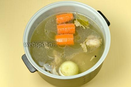 Варим бульон в программе «Суп» в течение 1-2 часов в зависимости от особенностей куриного мяса. Если в мультиварке данный режим отсутствует, включаем режим «Тушение».
