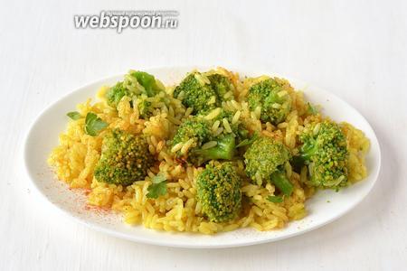 Перед подачей посыпать рис красным молотым перцем и петрушкой. Пряный рис с брокколи готов.