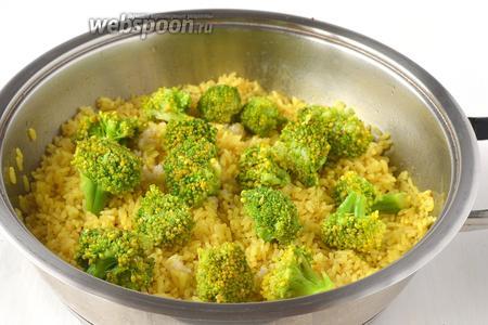 Соединить готовый рис, заправку и брокколи.