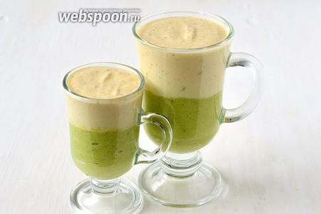 В прозрачные стаканы выложить слой массы из брокколи. Сверху — слой массы из цветной капусты. Охладить в холодильнике на протяжении 1 часа.