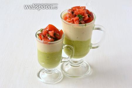 Перед подачей выложить помидорный слой сверху. Панна-котта из цветной капусты и брокколи готова.