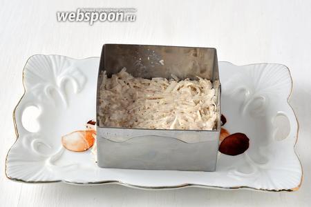 На дно формы для формировки порционных салатов выложить смесь из топинамбура.