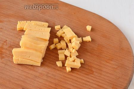 Сыр порезать кубиком.