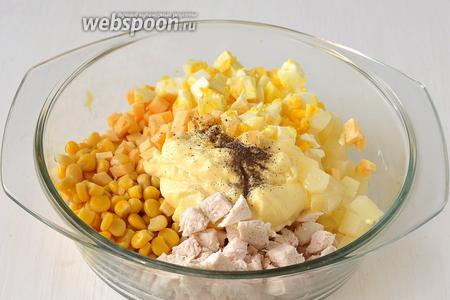 Соединить кукурузу, ананас, филе, яйца, сыр, майонез. Приправить солью и чёрным перцем.