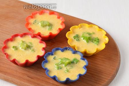 Выложить массу в формочки для кексов. Внутрь положить по соцветию брокколи.