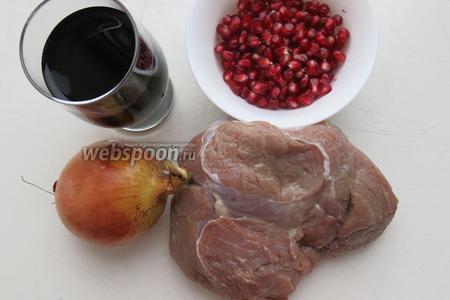 Мясо, в данном рецепте использовалась свинина, маринад также подходит и для телятины, 1 стакан вина (саперави), 1/2 стакана зёрен граната, 1 крупная луковица и специи.
