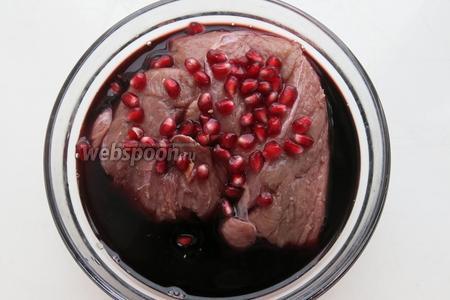 Мясо маринуется 12 часов, на ночь, в вине и зёрнах граната (3/4 от общего количества), соль не добавляется мясо не режется, с целью сохранения сочности.