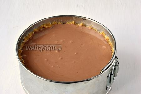 В корзинку из печенья вылить творожную массу.