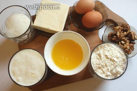 Для приготовления питы нам понадобятся молоко, кефир, сахар, мука, яйца, масло сливочное, дрожжи, мёд и орехи.