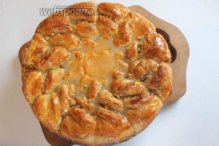 На горячий пирог нанести глазурь. Пита готова — приятного аппетита!